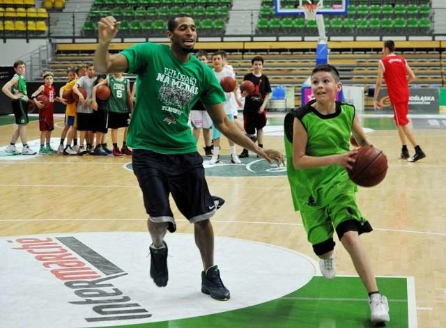 Quinton Hosley mógł się sprawdzić jako trener. Oprócz zadawania ćwiczeń, Amerykanin spróbował też gry z zielonogórską młodzieżą.