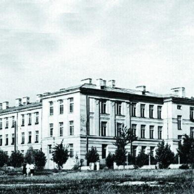 Na archiwalnych zdjęciach przy ul. Bernatowicza widać jeszcze szpaler drzew. Wycięte zostały kilka lat temu.