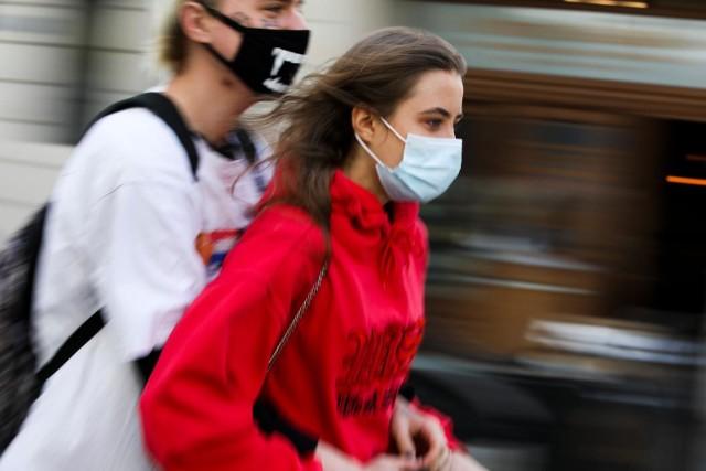 W Krakowie nie wraca obowiązek noszenia maseczek na ulicach. Przynajmniej na razie