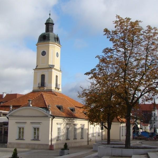 450-lecie Poczty Polskiej oznajmia sygnał pocztowy odgrywany z ratuszowej wieży