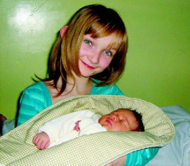 Maja Helena Dumala urodzila sie w piątek, 13 listopada. Wazyla3500 g i mierzyla 57 cm. Rodzice Agnieszka i Tomaszz Ostroleki. Na zdjeciu ze starszą siostrą, Karoliną (9 lat)