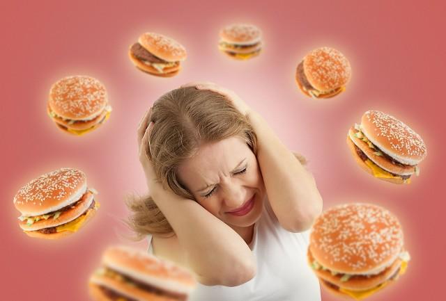"""NAPADY GŁODU. Wysoki poziom cukru uniemożliwia dostarczenie glukozy do komórek. W efekcie organizm nie otrzymuje energii i domaga się jedzenia. Wtedy na ogół sięgamy po coś """"na szybko"""" z dużą ilością cukru. I tak w kółko."""