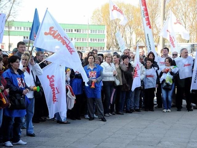 """Protestowało 98 proc. pracowników, zarówno zrzeszonych w """"Solidarności"""", jak i OPZZ. Na miejsce, by wesprzeć strajkujących, przyjechał cały Zarząd Regionu Zachodniopomorskiego NSZZ """"Solidarność""""."""
