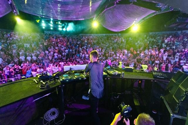 przez ostatnich 16 lat Sunrise Festival odbywał się w kołobrzeskim amfiteatrze i na parkingu przed nim