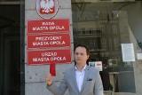 Młoda Prawica pokazuje prezydentowi Wiśniewskiemu czerwoną kartkę