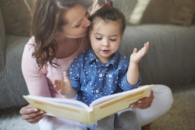 Dzięki czytaniu dzieci nie tylko lepiej myślą, są inteligentniejsze, bardziej kreatywne i pobudzają wyobraźnię, ale także mogą być bardziej empatyczne. Polecamy książkowe pomysły na prezenty dla dziecka w różnym wieku. Zobacz kolejne slajdy, przesuwając zdjęcia w prawo, naciśnij strzałkę lub przycisk NASTĘPNE.