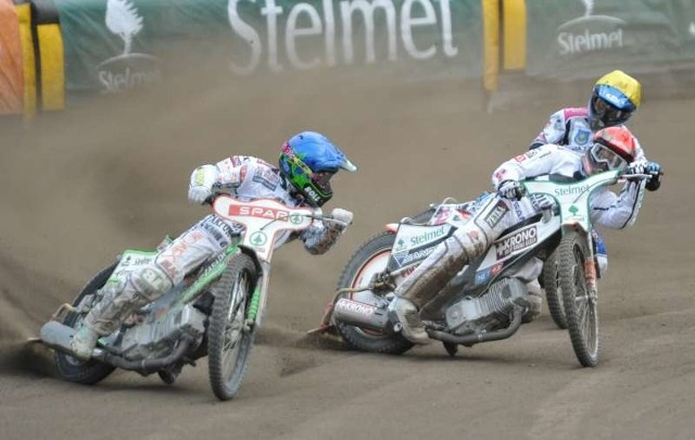 Patryk Dudek (niebieski kask) i Andreas Jonsson (czerwony) dwa razy z rzędu (w 13. i 14. biegu) przywieźli podwójne zwycięstwo przesądzając tym samym losy meczu na korzyść Stelmetu Falubazu Zielona Góra