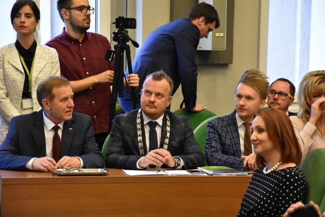 Prezydent Arkadiusz Chęciński wycofał w czwartek, 28 maja, podczas sesji Rady Miejskiej w Sosnowcu swój projekt powiązania opłat za śmieci z ilością zużytej wody.Zobacz kolejne zdjęcia. Przesuwaj zdjęcia w prawo - naciśnij strzałkę lub przycisk NASTĘPNE