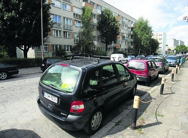 Na ul. Młodych Techników parking zrobili sobie przyjezdni