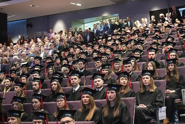 Uniwersytet Medyczny w Łodzi zorganizował uroczystość wręczenia dyplomów absolwentom kierunku lekarskiego, którzy ukończyli go w roku akademickim 2019/2020.