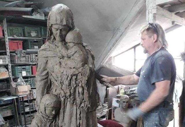 Pomnik Matki Polski Sybiraczki, który ma stanąć w Kielcach to symbol matek, które z ogromnym poświęceniem opiekowały się dziećmi w czasie zsyłki na nieludzką ziemię. Artysta tworząc te postacie posiłkował się wizerunkami najbliższych.