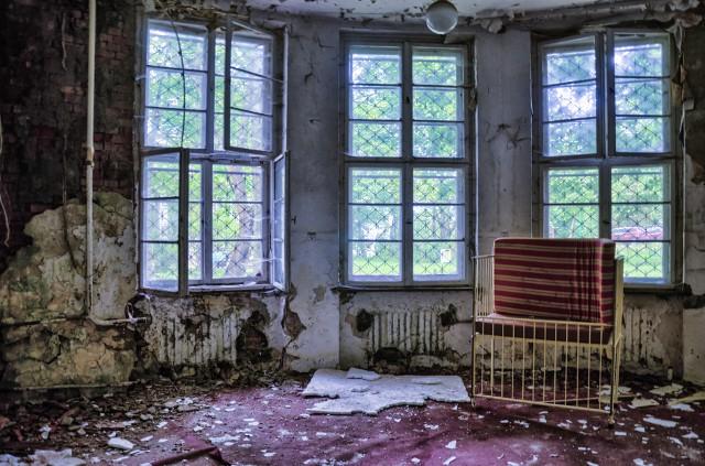 Dwór IV należy do jednego z dworów oliwskich, których kiedyś było najprawdopodobniej 8. Mieści się przy ul. Polanki 119 i pochodzi z XVIII wieku, lecz był w późniejszych latach przebudowywany. Od roku 1945 w budynku mieścił się szpital dziecięcy. Zabytkowy dwór został opuszczony w 2008 roku i od tamtej pory popada w ruinę.