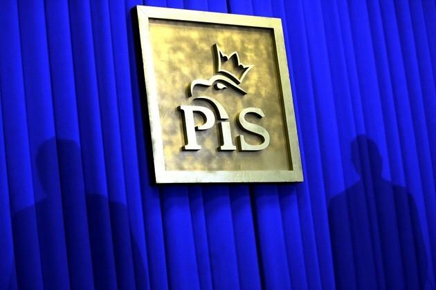 Jeżeli wybory do Sejmu odbyłyby się w połowie maja, PiS straciłby samodzielną większość - wynika ze średniej sondaży wyliczonej przez socjologa polityki Marcina Palade. Spore, sensacyjne wręcz zmiany zaszłyby także w trzech okręgach województwa łódzkiego.CZYTAJ DALEJ NA KOLEJNYM SLAJDZIE>>>