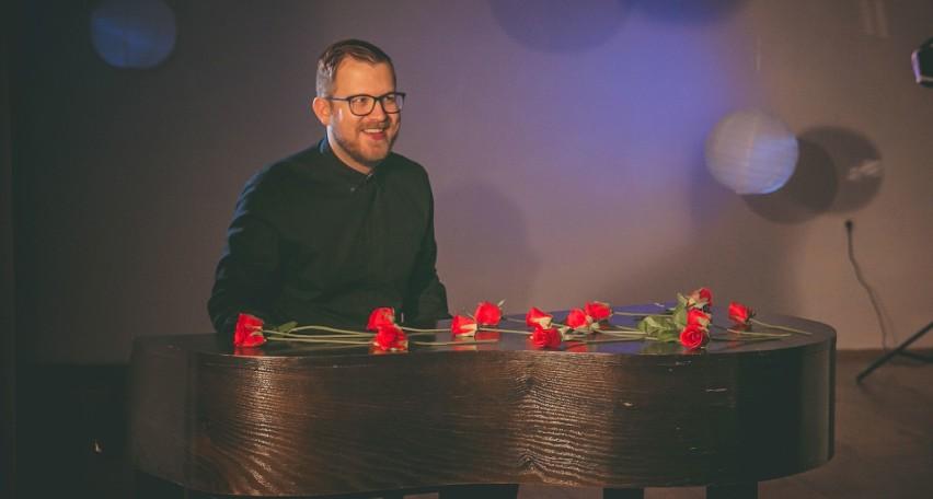 """Kozienicki kompozytor Kamil Koksa napisał piosenkę """"Droga do marzeń""""."""