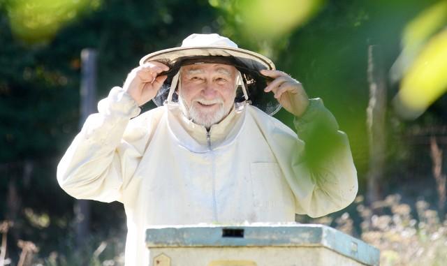 - Prawie całe życie siedzę w pszczołach. Ojciec miał swoją pasiekę, a ja jako mały chłopiec się przyzwyczajałem - mówi Ignacy Żegleń.