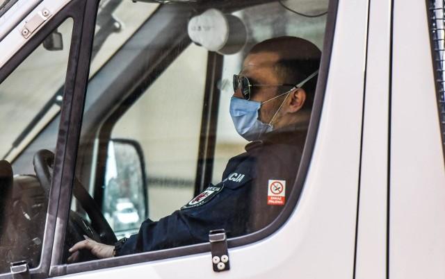 Obowiązek zakrywania ust i nosa za pomocą maseczki lub innej części odzieży w miejscach publicznych nadal obowiązuje.