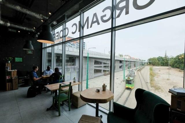 Na placu widocznym z okna kafejki miasto ma urządzić skwer