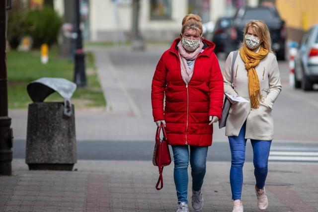Z obowiązku noszenia maseczek są zwolnione nieliczne grupy. Wśród nich są dzieci do 4. roku życia; osoby, które nie mogą zakrywać ust i nosa z powodu stanu zdrowia; a także kierowcy publicznych środków transportu (jeśli są oddzieleni od innych osób) i duchowni sprawujący obrzędy religijne.