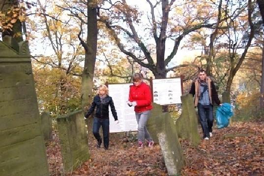 W porządkowaniu cmentarza brali udział pierwszoklasiści z Zespołu Szkół Ogólnokształcących.