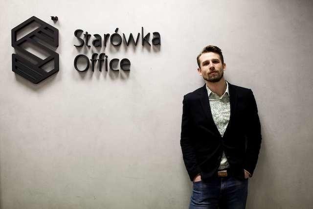Mikołaj Pieniądz, właściciel Starówka Office, przekonuje, że wspólna praca daje lepsze efekty