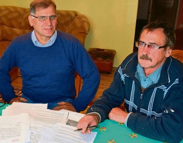 - Zainteresowałem się tą sprawą, bo ludzie zwrócili się do mnie o pomoc - mówi Wiesław Pietrołaj, sołtys Żywej Wody ( z lewej)