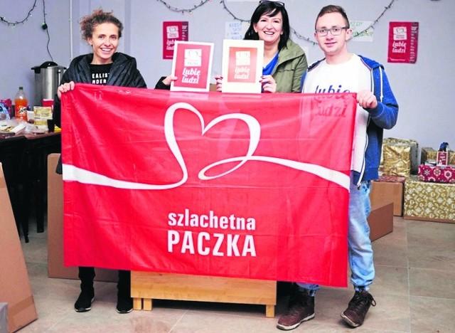 Kamil Dziula debiutował  w tym roku w roli lidera kazimierskiej Szlachetnej Paczki. Na zdjęciu z darczyńcami, którzy nie zawiedli.