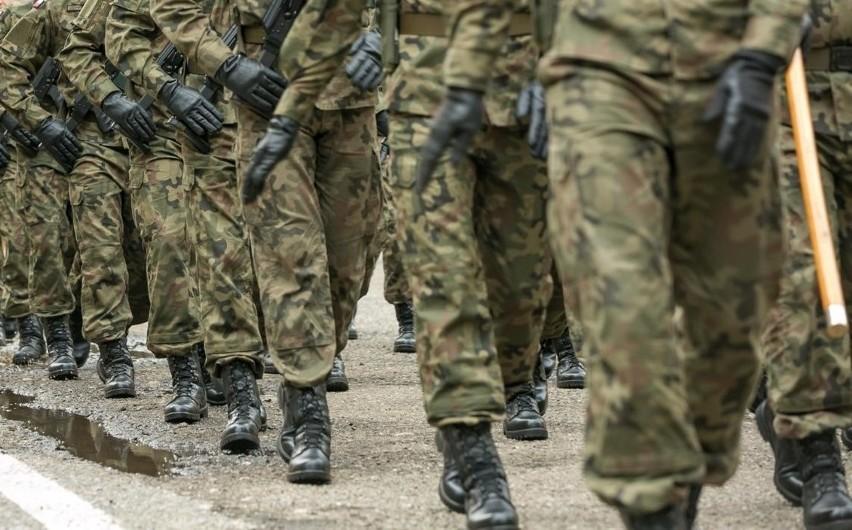 Wojsko wietrzy swoje magazyny i robi wyprzedaż odzieży i...