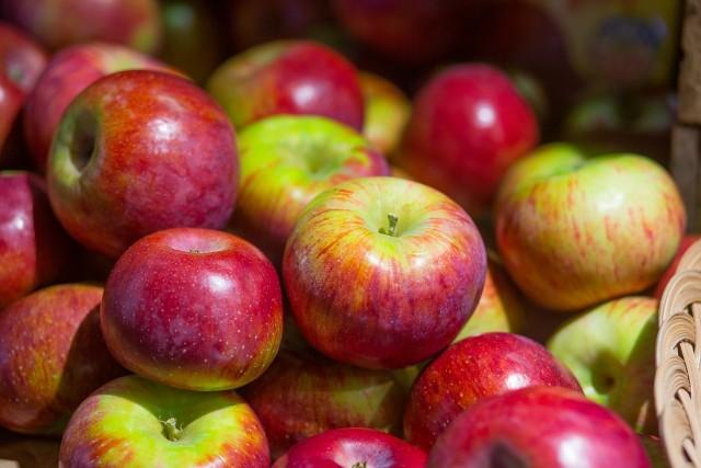"""Z daleka pięknie połyskują i przyciągają wzrok. Oraz rękę. Tu jednak pojawia się mieszane uczucie, bo jabłka są w dotyku jakby śliskie, wręcz tłuste. Czy warto kupować takie owoce? W końcu szukamy zdrowia, witamin. Wyjaśnia Stowarzyszenie Sady Grójeckie.Świadomi zalet lokalnych produktów chcemy częściej kupować jabłka, ale jest kwestia, która budzi zaniepokojenie. Mianowicie lepkość powierzchni owoców. """"Najczęściej dotyczy to tych z nich, które muszą pokonać długą drogę"""".Towar, który musi przebyć setki kilometrów, a jest delikatnym owocem, wymaga zabezpieczenia. W tym celu producenci bardzo często woskują owoce i warzywa. """"Praktyka ta dotyczy przede wszystkim owoców cytrusowych oraz tych, które sprowadzane są z zagranicy, w tym np. jabłek. Czy jabłka woskowane są zdrowe? Określa to Rozporządzenie Ministra Zdrowia z dnia 18 września 2008 r. w sprawie dozwolonych substancji dodatkowych woski są jadalne i bezpieczne do spożycia. Producenci nie mają jednak obowiązku informować o tym czym pokryto jabłko i czy użyty wosk na pewno jest bezpieczny. Pamiętajmy, że do niektórych wosków dodawane są środki grzybobójcze, więc zdecydowanie bezpieczniej kupić jabłka, które nie są woskowane"""", podaje stowarzyszenie. W jaki sposób można rozpoznać jabłka, które nie są woskowane? Czytaj pod kolejnym slajdem --->"""