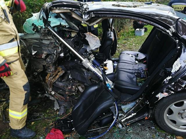 Wypadek w Mierzeszynie 17.10.2020. Samochód wjechał w drzewo. Dwie osoby ranne