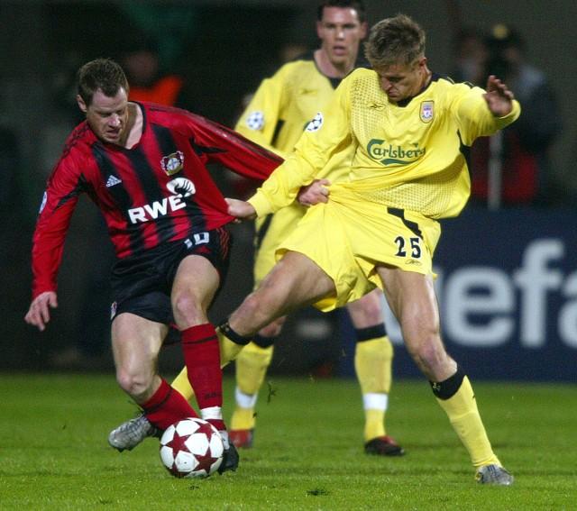 Jacek Krzynówek (z lewej) strzelil wczoraj Jezremu Dudkowi gola. Jednak jego Bayer Leverkusen nie miał wczoraj wiele do powiedzenia w meczu z Liverpoolem.