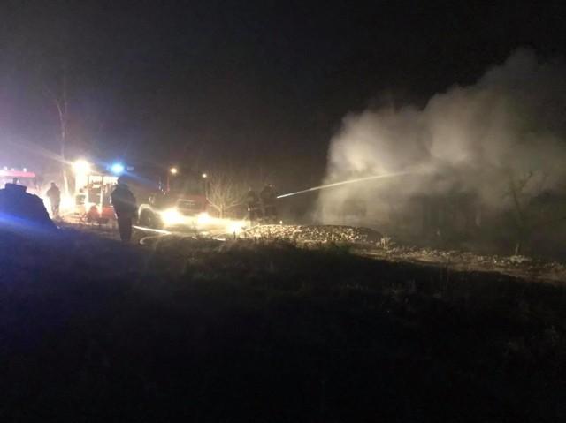Z pożarem domu w Komorsku walczyło siedem zastępów straży pożarnej. Budynek mieszkalny spłonął niemal doszczętnie