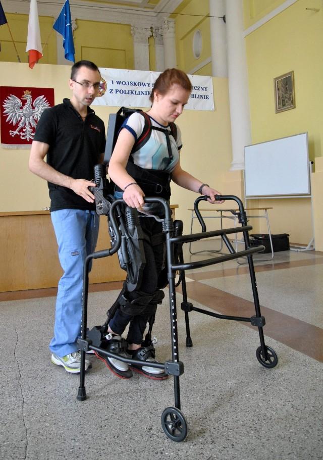 Pacjentka uczyła się chodzić z nowym urządzeniem.