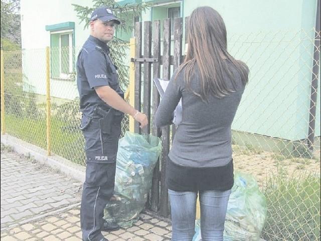 Kontrole umów na wywóz śmieciSprawdzano posiadanie umów na wywóz nieczystości. Na zdjęciu policjant Łukasz Kupryjańczyk z KomendyPowiatowej Policji w Kamieniu Pomorskim.