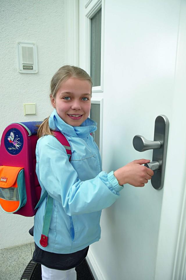 Wkładka elektronicznaJeśli dziecko zapomni kod, wystarczy, aby zadzwoniło do rodziców i może bezproblemowo wejść do domu.