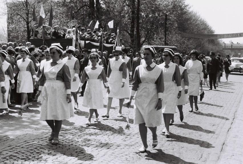 Pierwszomajowe pochody. Archiwalne zdjęcia z Sieradza