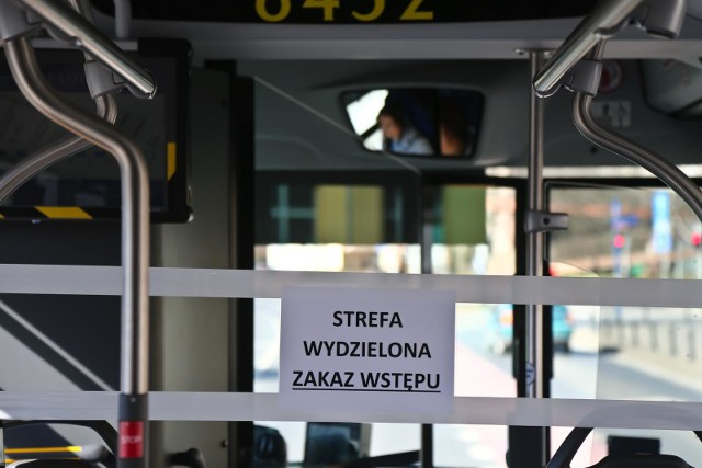 Strefy buforowe w miejskich autobusach i tramwajach przez koronawirusa