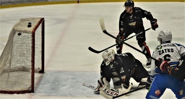 Ekstraklasa hokeja: Re-Plast Unia Oświęcim - GKS Tychy 3:2. Na zdjęciu: Mirosław Zatko zdobywa pierwszego gola dla oświęcimian.