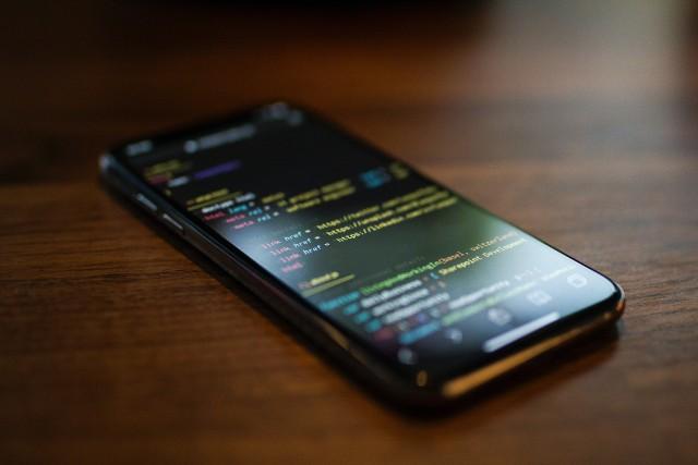 Atak oszustów wysyłających fałszywe SMS-y o odbiorze, przekierowaniu lub śledzeniu paczek. Nie dajcie się nabrać!