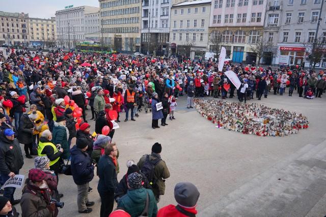 Kilkaset osób zebrało się w niedzielne popołudnie na poznańskim placu Wolności.Przejdź do kolejnego zdjęcia --->