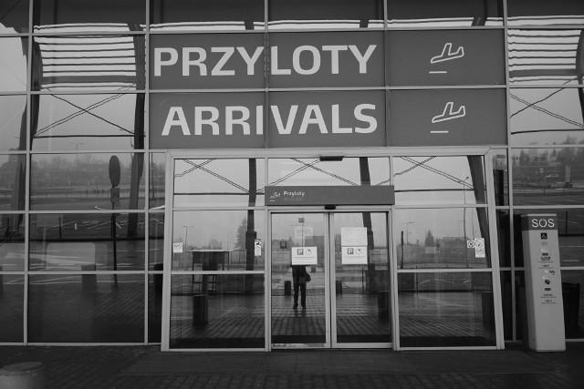 Poznańskie lotnisko Ławica od prawie roku zmaga się z ogromnymi problemami finansowymi z powodu koronawirusa. Drastycznie spadła liczba pasażerów oraz połączeń lotniczych. Co gorsze, aktualnie z Ławicy nie latają żadne samoloty rejsowe. To dlatego, że wszystkie największe linie lotnicze same zawiesiły swoje połączenia z Poznania z uwagi na niewielką liczbę pasażerów. Aktualnie lotnisko Ławica praktycznie jest opustoszałe. Zobaczcie w naszej galerii, jak wygląda pusta Ławica.Kolejne zdjęcie--->