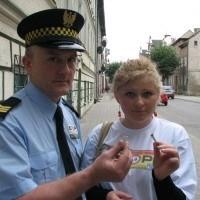- Za sprzedaż papierosów osobom w wieku poniżej 18 lat grozi 500-złotowy mandat - przestrzega Mariusz Dremo z ełckiej straży miejskiej. Obok Paulina Hak, uczestniczka wczorajszej akcji STOP 18!