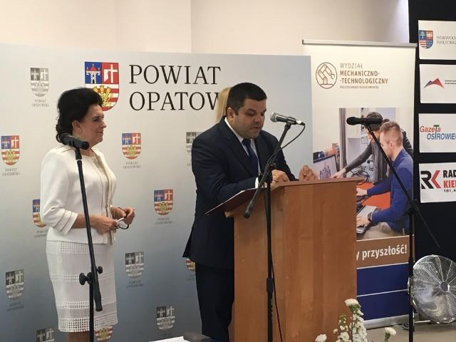 W środę, 15 maja w Zespole Szkół imienia Marii Skłodowskiej-Curie w Ożarowie odbyła się ważna konferencja dotycząca szkolnictwa zawodowego. Na konferencji pojawili się parlamentarzyści, samorządowcy, przedstawiciele lokalnego biznesu oraz ludzie związani z edukacją i szkolnictwem wyższym. ZOBACZ, KTO BYŁ NA KONFERENCJI W OŻAROWIE - WIĘCEJ ZDJĘĆ NA KOLEJNYCH SLAJDACHW konferencji chodziło o to, by przemyśleć, w jaki sposób szkolnictwo zawodowe może być lepiej dopasowane do rynku pracy. - W związku z tym, że w województwie świętokrzyskim dominują takie branże, jak budownictwo, rolnictwo, przemysł metalowo-odlewniczy, turystyka zdrowotna, nieodzowny jest dialog ze szkołami zawodowymi. To istota naszego spotkania - mówił Marcin Stańczyk, dyrektor Zespołu Szkół imienia Marii Skłodowskiej-Curie w Ożarowie. - Pracujemy na to, by w świecie Polska uzyskiwała najlepszą i najmocniejszą pozycję. Myślę, że współcześnie nie ma lepszej inwestycji i lepiej zgromadzonego kapitału, niż uzyskanie dobrego wykształcenia, wiedzy i konkretnych umiejętności - powiedział Jarosław Rusiecki, senator Prawa i Sprawiedliwości. W imieniu posła Andrzeja Kryja list odczytał członek zarządu powiatu opatowskiego Andrzej Gajek. - Pragnę złożyć serdeczne podziękowania za zorganizowanie konferencji. Procesy zachodzące w gospodarce i zmiany demograficzne stawiają przed każdą szkołą duże wyzwania. Taka konferencja sprawia, że szkolnictwo zawodowe może lepiej przystosować się do wymagań przyszłości - napisał parlamentarzysta Prawa i Sprawiedliwości. - Stawiamy na rozwój przemysłu, zarówno w Ożarowie, jak i przy obwodnicy w Opatowie, tak by te tereny były przygotowane pod inwestycje. Chcemy kształcić młodzież, by tutaj znalazła w przyszłości pracę. Szkoła w Ożarowie jest szkołą wiodącą, jeśli chodzi o mechatronikę, absolwenci znajdą miejsce na najlepszych uczelniach politechnicznych w kraju - powiedział Tomasz Staniek, starosta opatowski. - Przez lata szkolnictwo zawodowe było niedoceniane. Teraz jest inacz