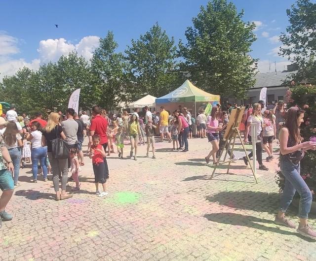 Jedną z atrakcji Dnia dziecka w Białobrzegach był festiwal kolorów, uczestnicy zabawy obrzucali się specjalnymi, barwnymi proszkami.