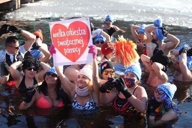 Morsy z klubu Eskimo wspierają WOŚP. Zorganizowali charytatywne morsowanie!