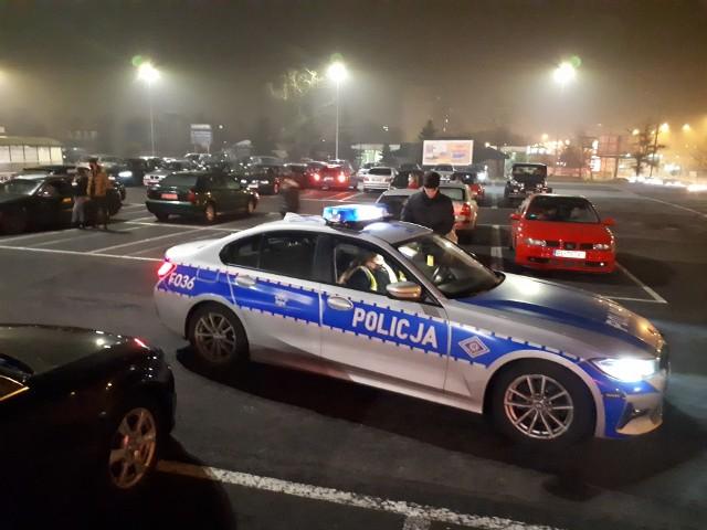 W sobotę wieczorem na parkingu przed hipermarketem przy ul. Inflanckiej zjechali się zmotoryzowani fani Krzysztofa Krawczyka. Z samochodowych głośników słychać było największe przeboje zmarłego artysty. Blisko 200 samochodów uczestniczących w tym niecodziennym zlocie przejechało na parking dawnego hipermarketu przy ul. Widzewskiej. ZDJĘCIA na kolejnych slajdach >>>