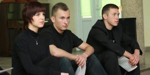 - Zgłosiłem się do tej inscenizacji, bo lubię występować - mówi Kryspin Iwanów (pierwszy z prawej). Obok siedzą Daniel Baczyński i Kamila Czapska.