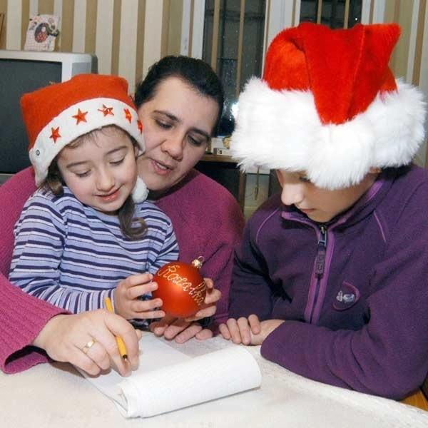 Rozalia i Weronika chętnie poszerzyłyby listę świątecznych zakupów, ale mama, Anna Białorucka ma co do wydatków żelazne zasady.