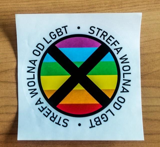 """Atlas nienawiści to specjalna mapa, która pokazuje, które samorządy - województwa, powiaty i gminy - chcą być tzw. """"strefami wolnymi od LGBT"""", a które odcinają się od takich pomysłów. Tworzą ją aktywiści, którzy monitorują zarówno akty prawne, jak i działania lobbingowe na rzecz uchwał anty-LGBT.Zobacz na kolejnych slajdach, które nasze samorządy znalazły się na mapie i dlaczego - posługuj się myszką, klawiszami strzałek na klawiaturze lub gestami"""