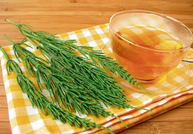 Herbatka ze skrzypu polnego wzmocni włosy, skórę i paznokcie