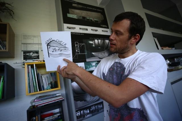 Uczniowie plastyka tworzyli artystyczne plakaty z Wojciechem Stefańcem.